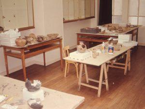 atelier de remontage de poteries issues des fouilles de la place de la cathédrale à Montauban