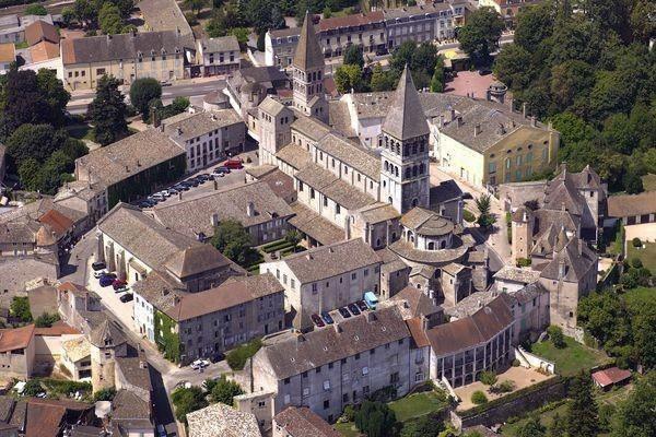 vue aérienne de la cité abbatiale Saint-Philibert