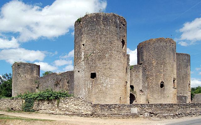 640px-Chateau-de-Villandraut_Gironde_2289